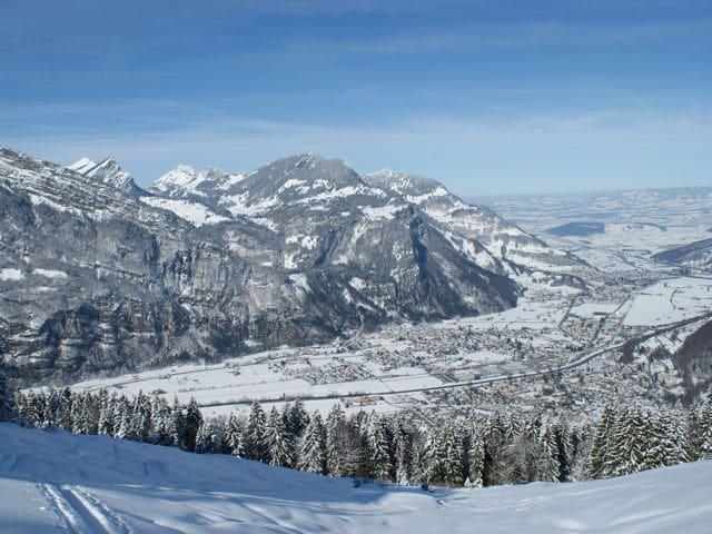 Fronalp Schneeschuhwandern - Blick auf Näfels und Linthebene