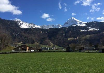 Fronalpstock im Frühling mit Schnee