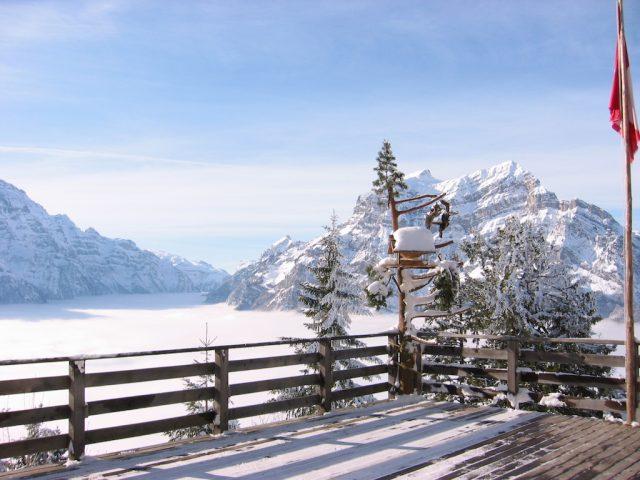 Berggasthaus Natufreundehaus Fronalp - Terrasse mit Nebelmeer