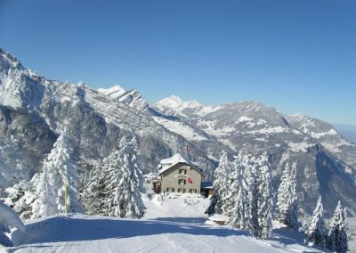 Berggathaus Naturfreundehaus Fronalp im Winter mit Skipiste