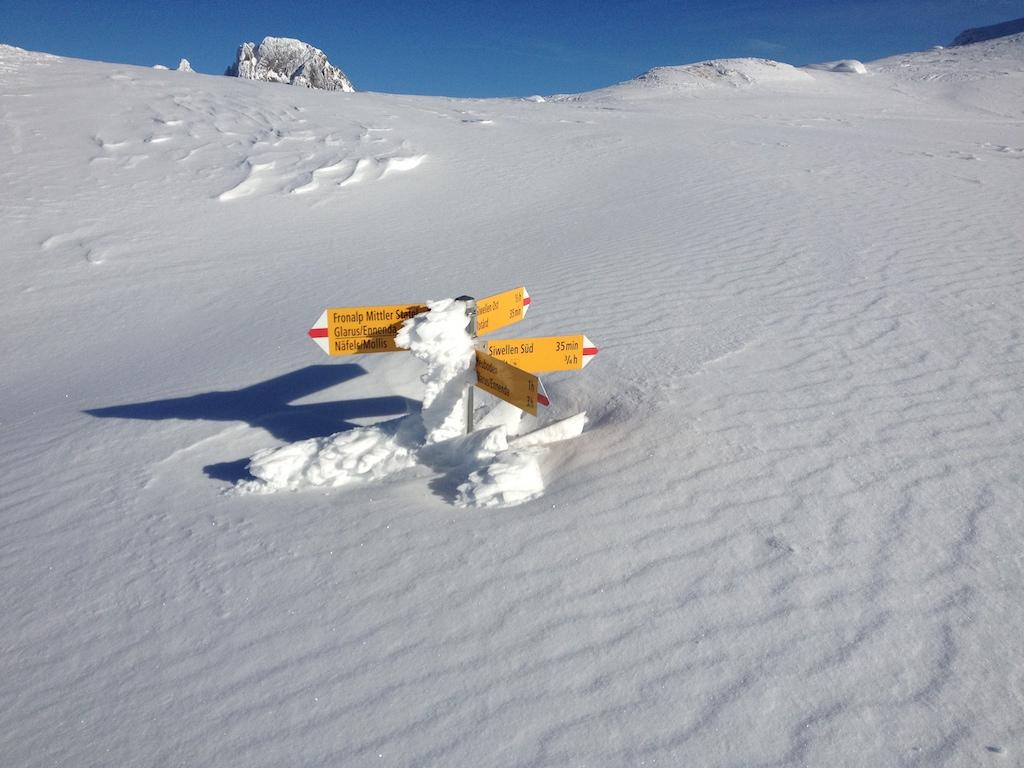 Wanderweg-Schilder Fronalp Siwellen im Schnee
