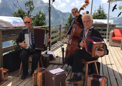 Trio ST Gufelgruess auf spielt auf der Terrasse