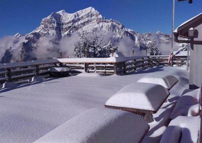 Schneebedeckte Terrasse