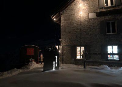 Haus und Terrasse am Abend