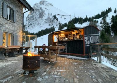 Gastrorollbar und Feuerschale auf der Terrasse