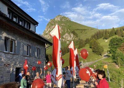 Luftballons und Gäste auf der Terrasse vor dem Fronalpstock
