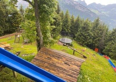 Spielplatz mit grosser Rutschbahn, Wippe, Spielhaus, Trampolin, Schaukel, Seilrutsche, Grillstelle