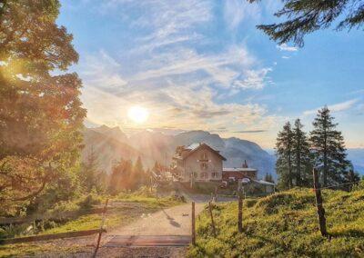 Naturfreundehaus mit Sonne am Abend