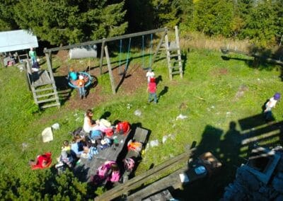 Spielplatz mit Grillstelle und Sitzgelegenheit