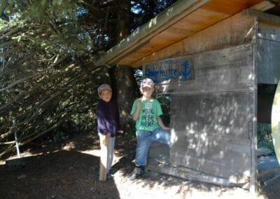 Kinder auf Spielplatz - Kinderhütte