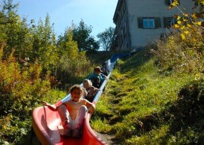 Kinder auf Spielplatz - Riesen Rutschbahn