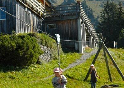 Kinder auf Spielplatz - Seilrutsche