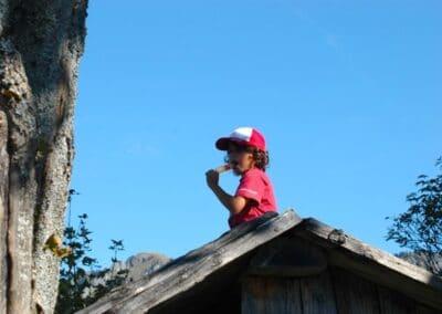 Kind auf Hüttli mit Eis