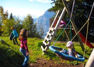 Spielplatz - Kinder auf der Schaukel