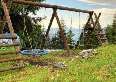 Spielplatz mit Klettergerüst, Schaukel und Korb
