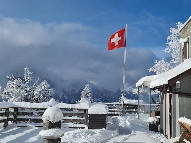 Terrasse mit Schnee und Fahne