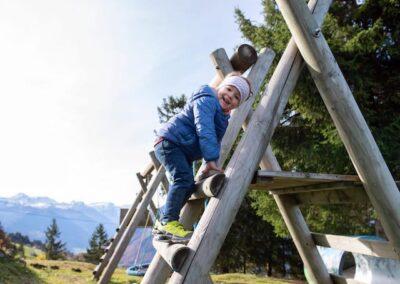 Spielplatz Kind auf Klettergerüst
