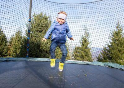 Spielplatz Kind auf Trampolin