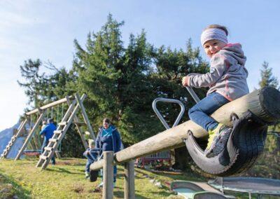 Spielplatz Kind auf Wippe